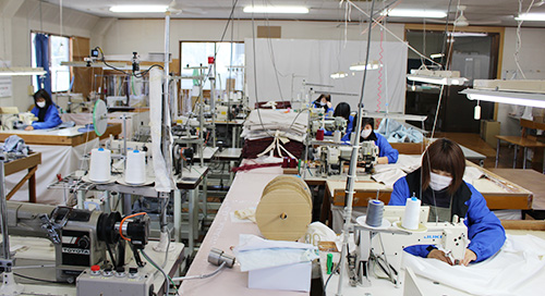 【縫製】手作業で丁寧に縫う布団の側生地