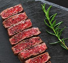 ランプのおいしい焼き加減:焼肉は表面をさっと焼いてレアに、厚切肉は少し長めに焼く。 おすすめのたれ:塩だれやわさびしょうゆをかけて濃厚な味わいに。