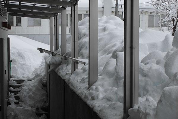 積雪による被害で多いのは、屋根部材の破損です。