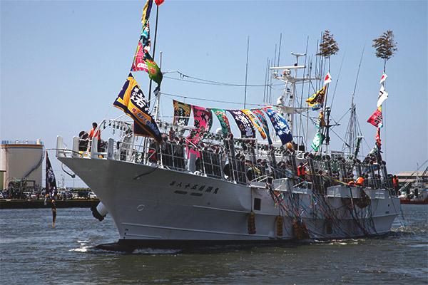 スルメイカを追い 半年以上にわたり船上生活を続ける いか釣り船団を応援したい!