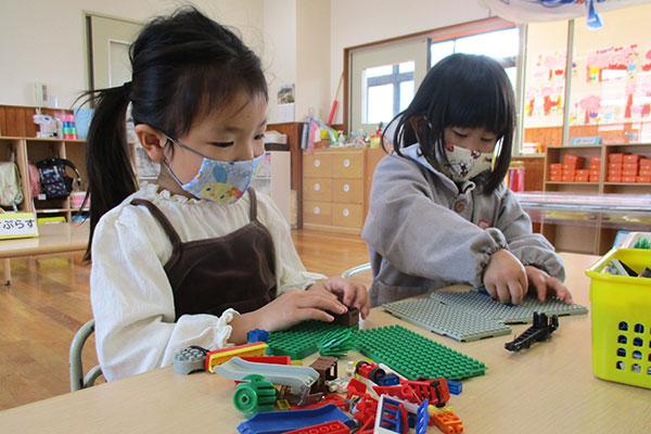 マスクをして遊ぶ園児