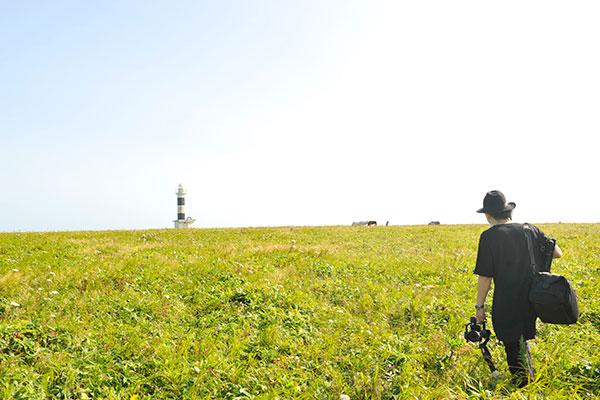 ユルリ島にて。撮影に向かう写真家 岡田敦さん