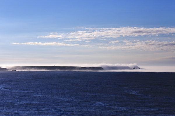 対岸から見るユルリ島 夏