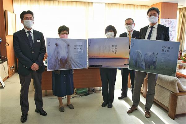 根室市長へポスターの完成報告(2020.12.18)