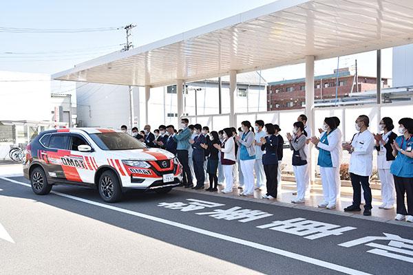 新たなDMAT車両の納車を歓迎する病院職員