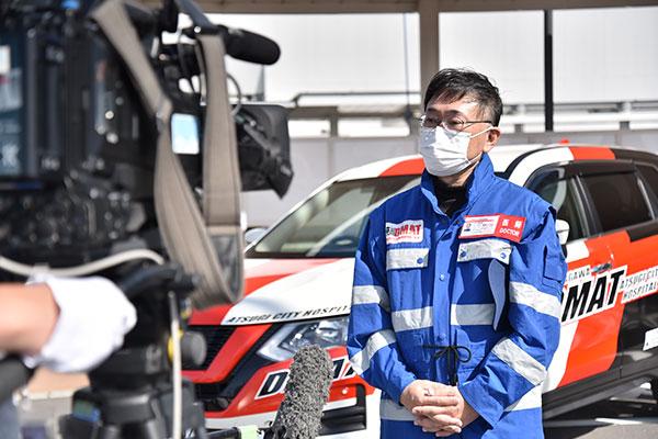 完成セレモニーでテレビ取材を受ける厚木市立病院DMAT隊員