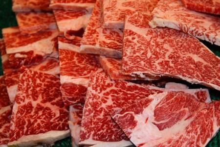 【2604-0003】 広島県産黒和毛牛肩ロース300g もち豚400g 焼肉セット