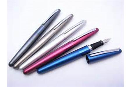 【2604-0013】 若い人に向けたデザインで人気急上昇の万年筆1本と大竹手すき和紙で作る一筆箋のセット(軸色チタン)