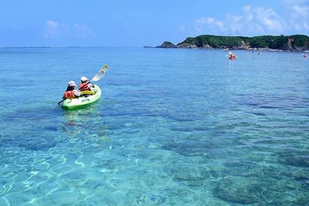 サンゴ礁に囲まれた無人島カヌー&ビーチコーミング