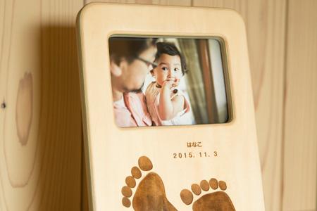 【10001501】お誕生を祝ったフォトスタンド(お子さんの足型か手型をレーザーで刻印します)