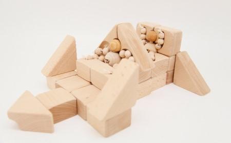 赤ちゃんが喜ぶ木のガラガラと子どもの想像力を引き出す積み木ブロックのセット