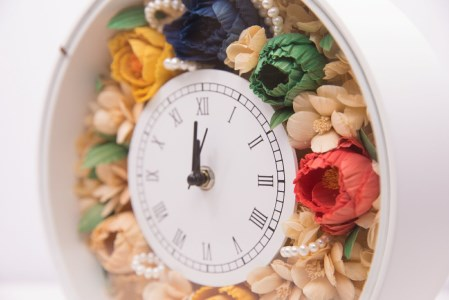 TKB11 ウッドフラワー 時計アレンジメント(白) つちかべ花店