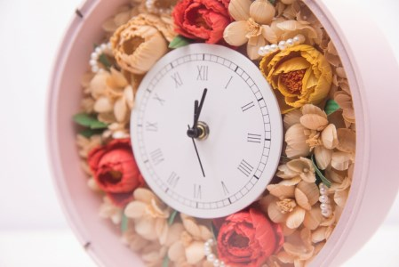 TKB24 ウッドフラワー 時計アレンジメント(ピンク) つちかべ花店