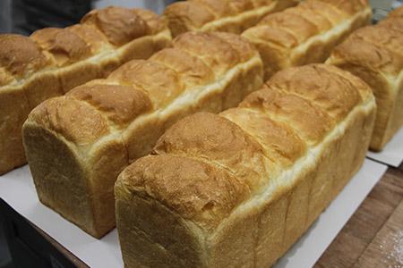 【3枚切り】パンいろいろ詰合せ(食パン2斤とハード系パン8個入)合計10個入 B-211-3