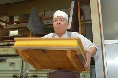 【2632-0017】(極上和三盆糖を使用)職人が手焼きした長崎和三盆かすてら 1.5号カット済み