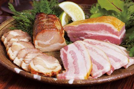 □【鹿児島県産】黒豚 炭焼き焼豚とスモークベーコンの詰め合わせ