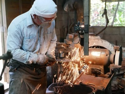 <村の鍛冶職人による味のある1本>カニマン鍛冶工房の海包丁