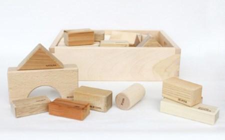 【オークヴィレッジ】国産材使用で無塗装、安心安全の木のおもちゃ 寄木の積木 英語入り d112