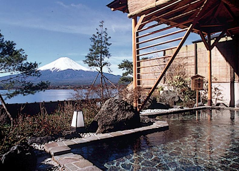 雪をいただく富士に朝日がさし、山肌が赤く染まる「赤富士」