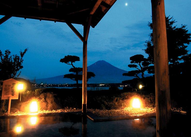 月明かりの中に浮かぶ「黒富士」。条件が重ならないとなかなか見ることが出来ない。