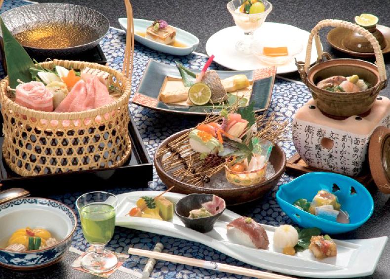 四季折々の景観と旬の新鮮食材を吟味して調理した、秀峰閣湖月ならではの会席料理で旅のもう1つの楽しみを演出いたし ます。