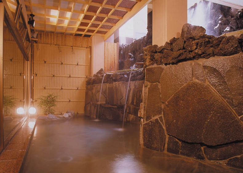 広々とした内風呂と、風情あふれる露天風呂は日頃の疲れをゆったりと癒してくれます。