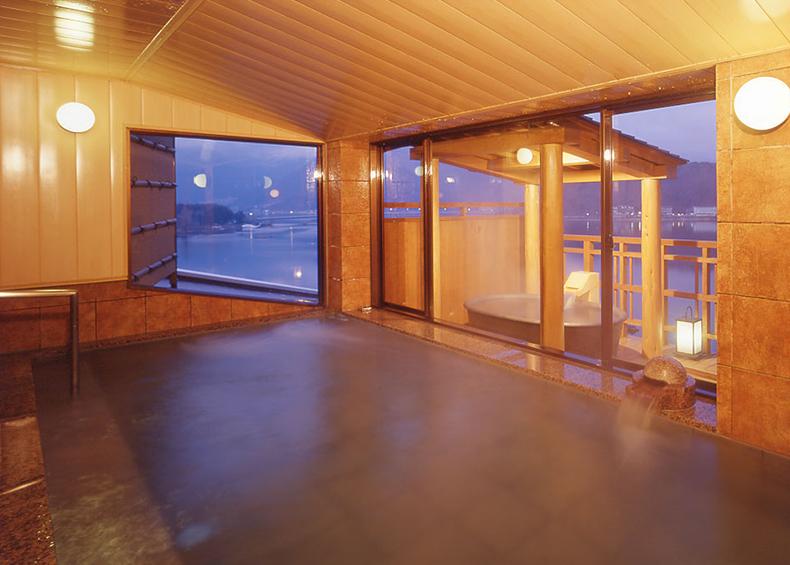 胃腸病などに効果があるといわれる名湯・富士河口湖温泉は無色透明な やわらかな湯が特徴です。