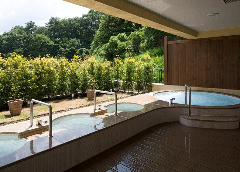 大浴場で旅の疲れを癒してほっとひといき。男性浴場にも小さな外湯付き。