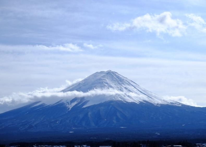 【富士山】 河口湖から見る富士山は何が美しいのかといえば、それは山頂から左右対称にキレイに稜線が伸びているためです。