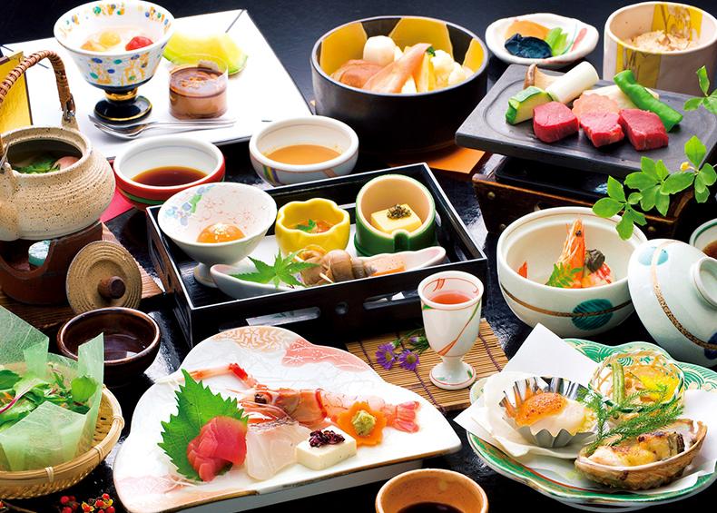 四季折々の旬の素材を吟味し、新鮮な海の幸・滋味豊かな里の幸を調和させた味覚会席は、 「料理の丸栄」として地元でも定評のある自慢の味です。