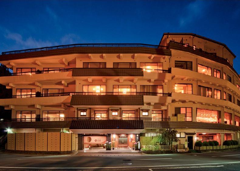 見はらし露天風呂「富士の湯」「湖の湯」と旬の味覚会席に真心香るおもてなしが好評の人気温泉旅館。