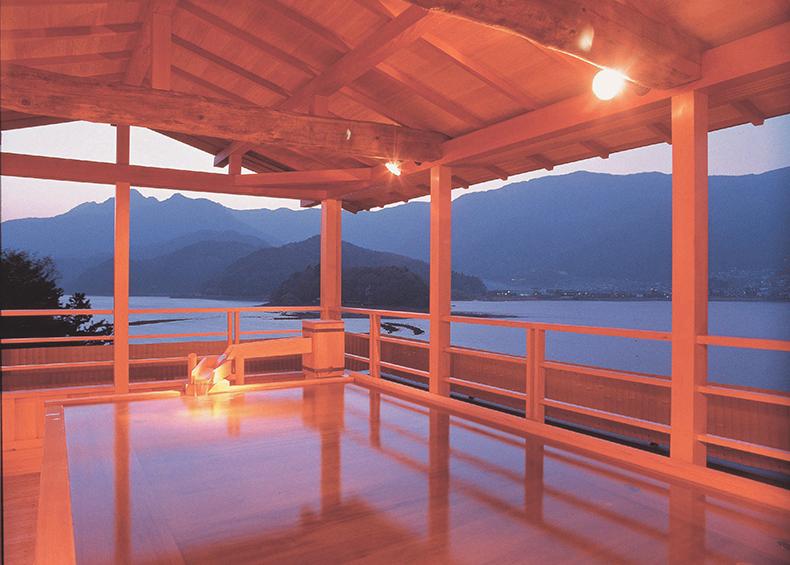 自慢の最上階見はらし露天風呂は富士山を目の前に望む「富士の湯」と、河口湖が眼下に広がる「湖(うみ)の湯」。