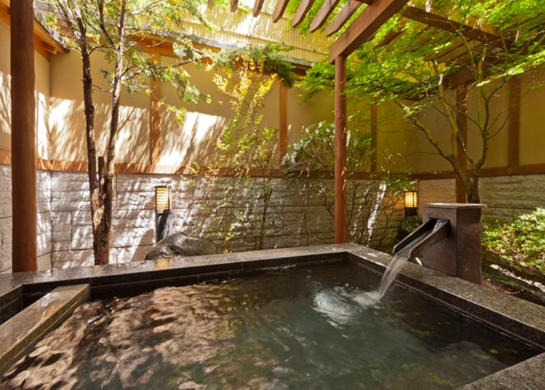 当館自慢の貸切露天風呂は、広々とした空間を誇るお風呂です。