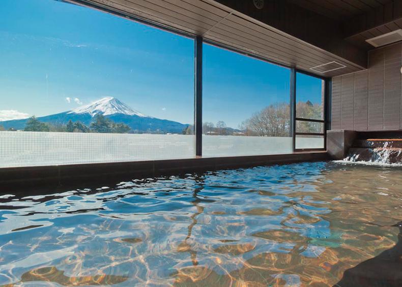 眼前に広がる富士の峰を見上げる大浴場の眺めは格別。