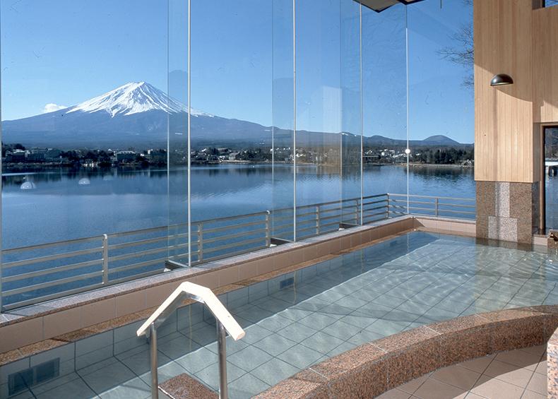 朝夕と四季それぞれに表情を変える富士のパノラマと富士河口湖温泉の湯を、 湯の館『碧』で存分にお楽しみ下さいませ。