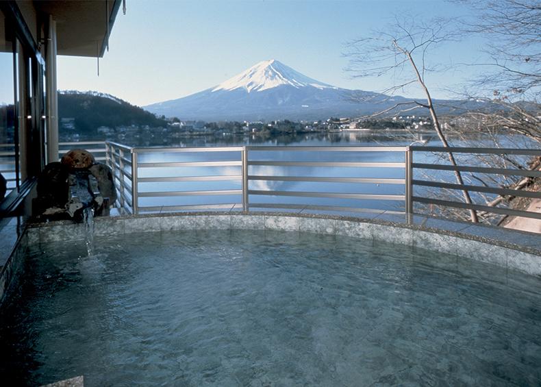 春夏秋冬それぞれに、河口湖からの風と富士の眺めをお楽しみいただけます。