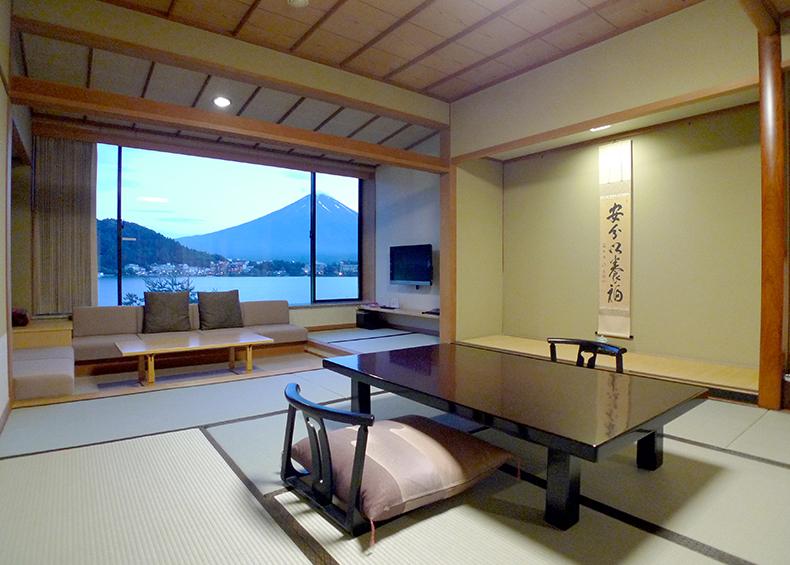 「湖山亭うぶや」のお部屋は、全室が富士と河口湖に向き合っております。
