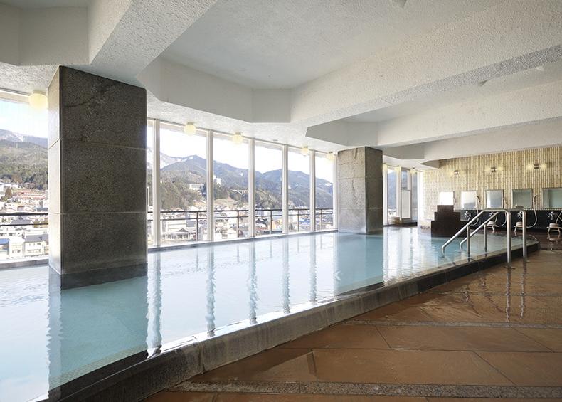 一面ガラス張りの窓からは下呂温泉の街並みや飛騨の山々が一望できる。