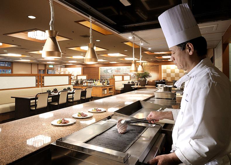 和食、洋食それぞれのオーブンキッチンを備え付けたダイニング