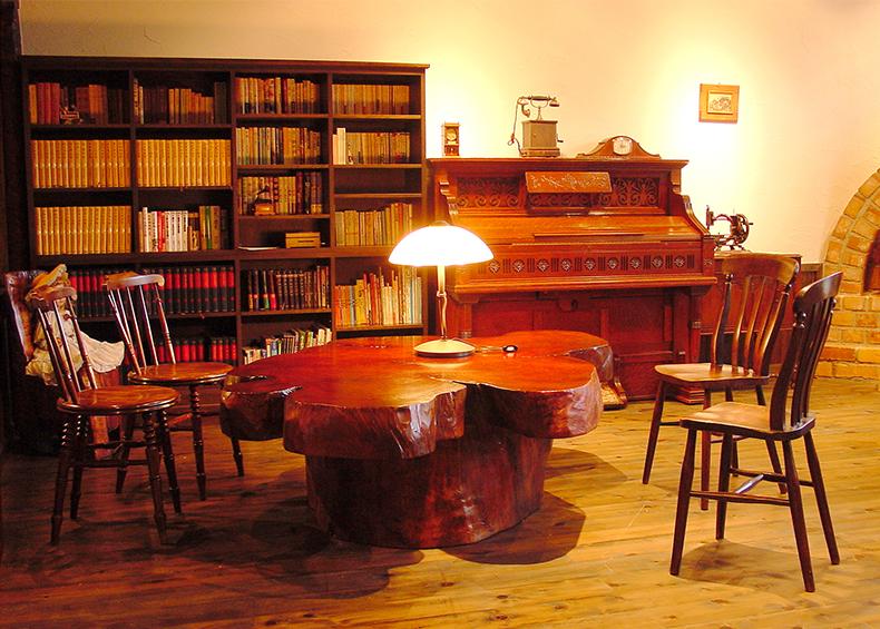 古木をたくさん使用した、古民家風の憩の空間で、静かな時間をお過ごしください。