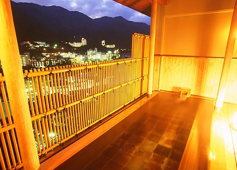 木曽桧の香りと季節の風をお楽しみください。  ※下呂温泉街や清流飛騨川が一望できます。