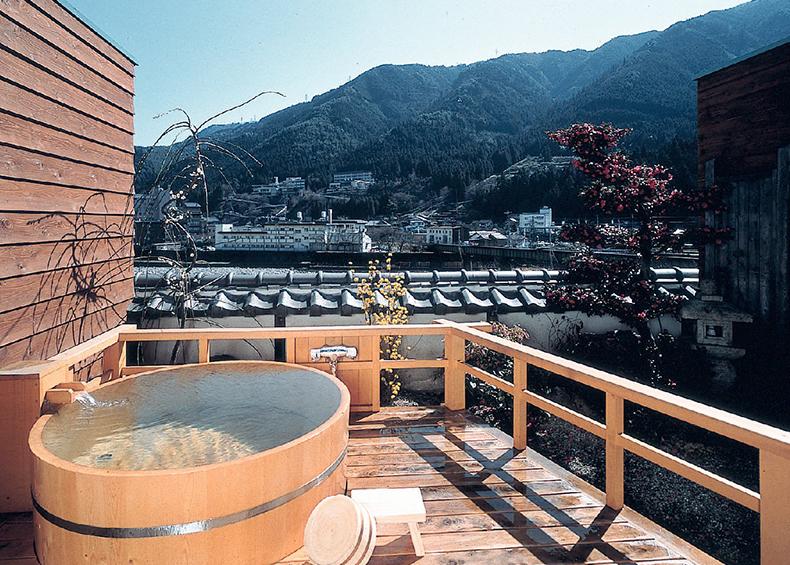 四季折々の景色を堪能しながら、ゆったりつかる温泉は、他では味わえない開放感。