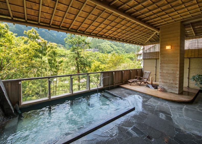 飛騨川のせせらぎが聞こえてくる露天風呂。