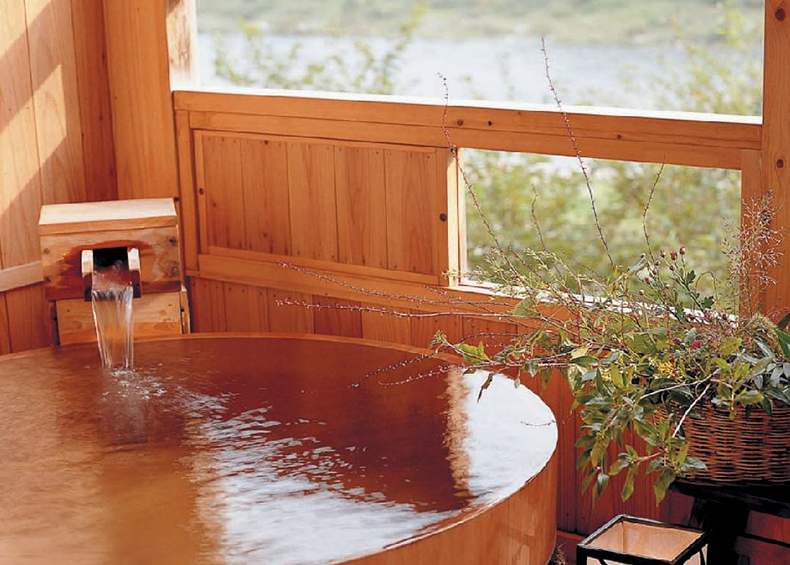 昼間は飛騨川のせせらぎに耳を傾け、夜は湯船に浮かぶ星空をお楽しみください。