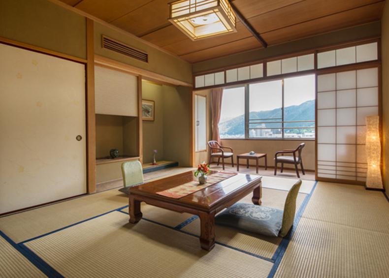 下呂温泉の中心を流れる清流飛騨川に面したお部屋。