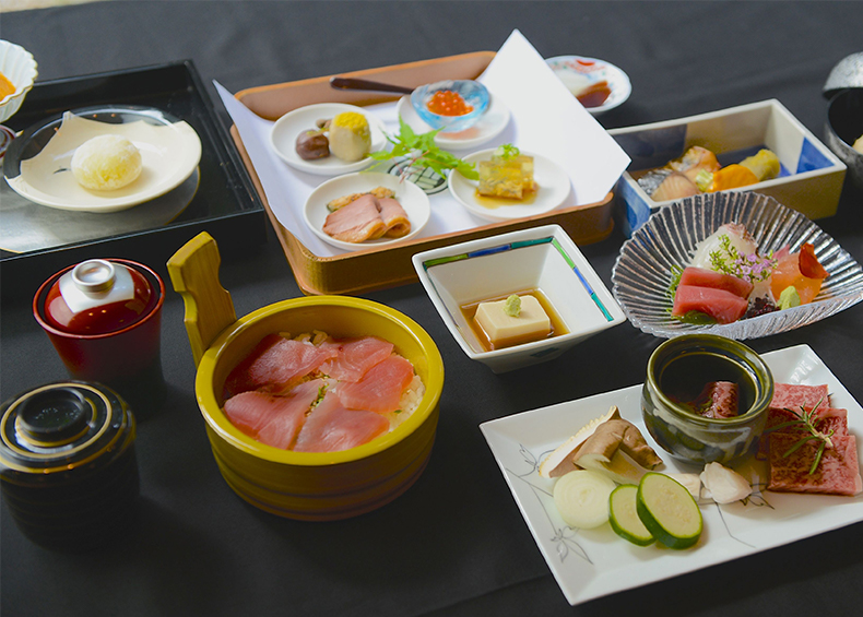 ご夕食は、伊勢海老、松阪牛など、日本有数の食材の宝庫、 伊勢ならではのお料理を、月替わりの会席料理で。