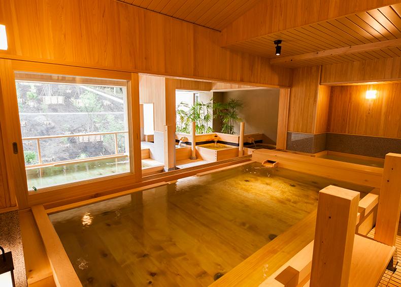 檜の香りが漂う、広々とした大浴場。森の緑とは対照的な温かみのあるつくりとなっています。