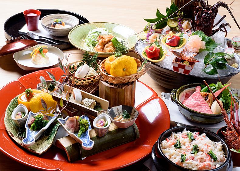 「伊勢神泉」一階にある食事処「日本料理 伊せ吟」では、素材の持ち味を生かした会席料理が楽しめます。