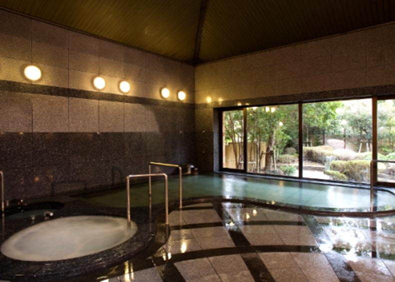 庭園を 眺めながら入る大浴場は、心癒されるひととき。