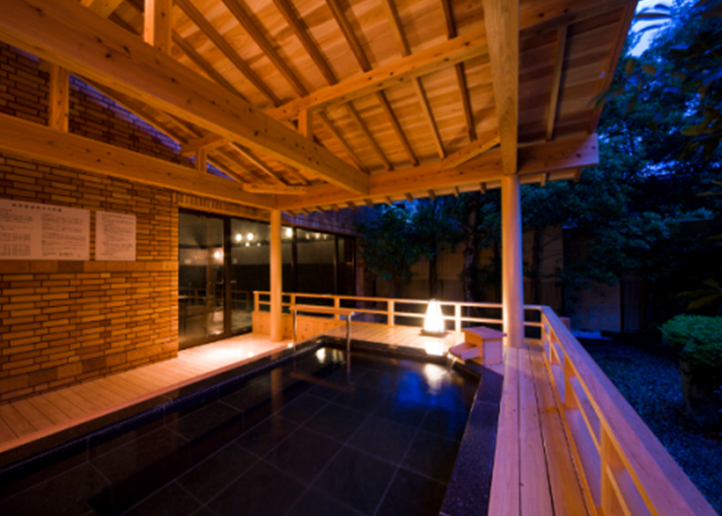 周りを木々に守られながら、神秘的な杜の空間を存分に感じる ことができる露天風呂です。